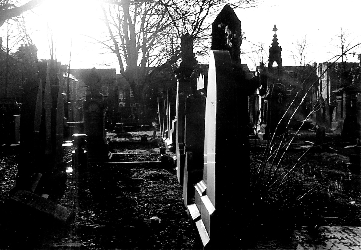 Black & white picture of a spooky old graveyard