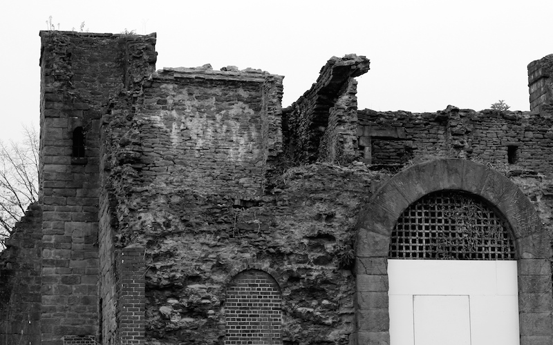 A black & white picture of Bristol New Gaol's ruined gatehouse