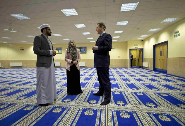Britain's Prime Minister David Cameron (R) speaks with imam Qari Asim (L), and Shabana Muneer, a member of the mosque's women's group, as he visits the Makkah Masjid Mosque in Leeds, Britain January 18, 2016. REUTERS/Oli Scarff/pool